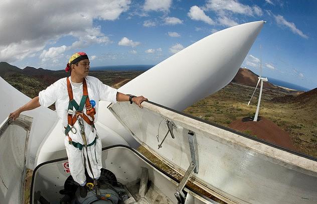 Inspeccionan una turbina eólica de 900 kW del Grupo de Operaciones 45 de la Fuerza Aérea estadounidense en la Isla Ascensión. Foto: Lance Cheung