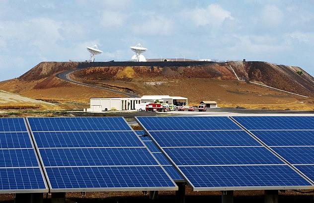 Paneles solares que alimentan puestos de la Fuerza Aérea estadounidense. Al fondo, antenas en la isla Ascensión. Foto: Lance Cheung