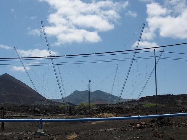 """Foto de Tim Metcalf, quien colocó en la descripción: """"La isla Ascensión parece una gran granja de antenas. Hay antenas de todas las formas, muchas de ellas enormes""""."""