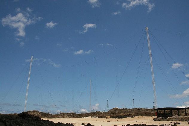 Aparentemente son antenas transmisoras de 250 kW de la BBC. Foto: Ben Full en Flickr