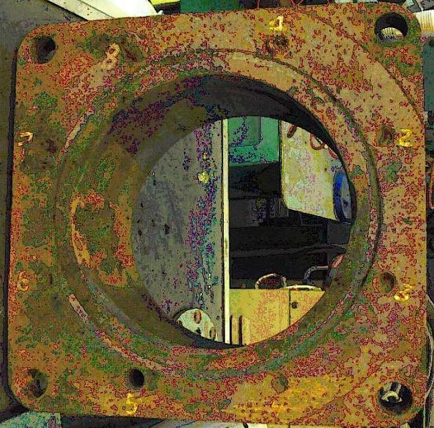 """Base de la  brida de la bomba 26-01, donde se encontró que 7 de los 8 tornillos o """"espárragos"""" fueron mal enroscados."""