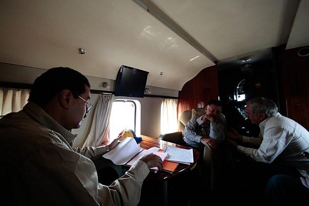 en-imagenes-entre-papeles-y-reuniones-asi-trabaja-maduro-mientras-viaja-en-avion-2