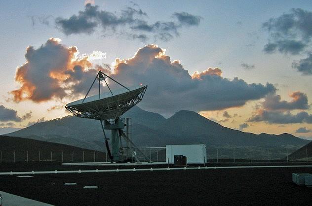 Antenas en la isla Ascensión. Foto: lennycarl08 en Flickr