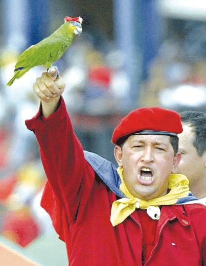 En un acto multitudinario en 2002, Chávez muestra un loro con boina roja.