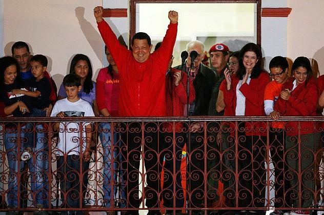 Chávez-desde-el-balcón-del-pueblo-7-de-octubre-2012