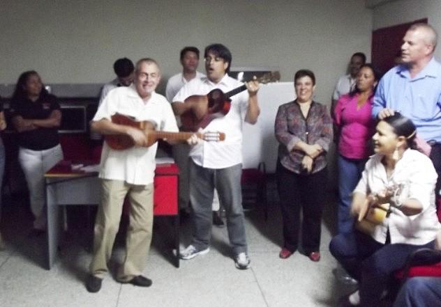 Foto 1 Ivan Salas con el cuatro y Nestor Viloria con el sexto cantan un Tamunangue