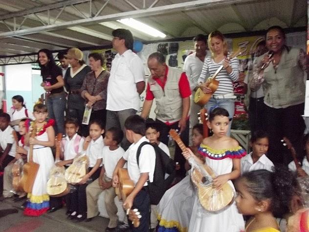 Foto Ninos y Ninas de la Comuna Japa Japa con los cuatros entregados