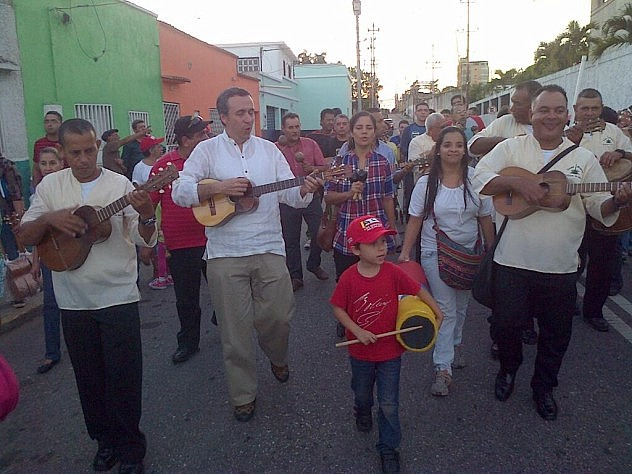 Barbarito recorre con parrandas casa por casa, en las comunidades larenses de San Martín De Porras y La Cuesta. Foto: @minculturave