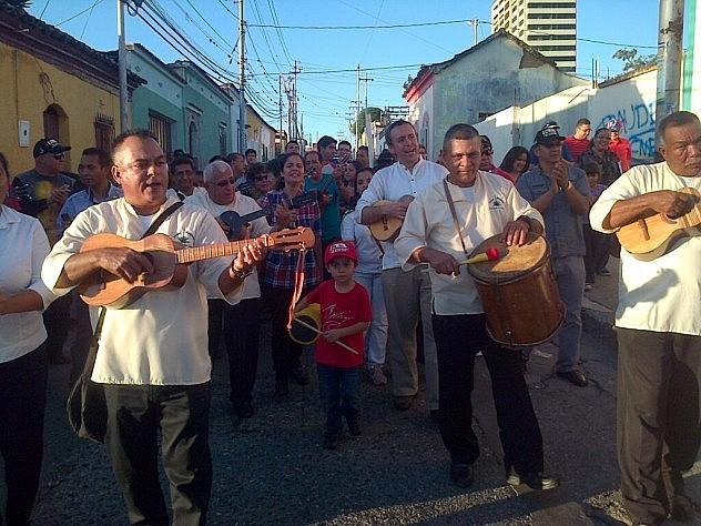 Grupo Maguey junto al ministro  Barbarito en las Parrandas Casa por Casa en Lara. Foto: @minculturave