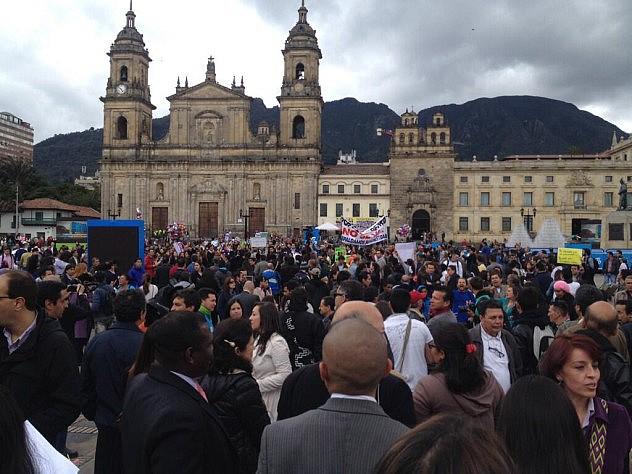 Pueblo enla plaza de Bolívar (Bogotá) esta tarde. Foto: Alfredo Bateman vía Twitter