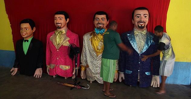 25jan2014---bonecos-gigantes-de-olinda-aguardam-festa-no-clube-dos-vassourinhos-em-olinda-1391216228125_956x500
