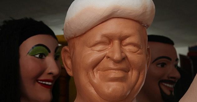 29jan2014---boneco-gigante-do-ex-presidente-venezuelano-hugo-chavez-encomendado-pelo-mst-para-adornar-seu-espaco-no-carnaval-a-barraca-da-reforma-agraria-o-boneco-ainda-esta-inacabado-no-1391216175007_956x500