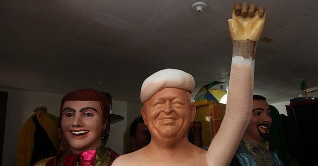 29jan2014---boneco-gigante-do-ex-presidente-venezuelano-hugo-chavez-encomendado-pelo-mst-para-adornar-seu-espaco-no-carnaval-a-barraca-da-reforma-agraria-o-boneco-ainda-esta-inacabado-no-1391216179194_956x500