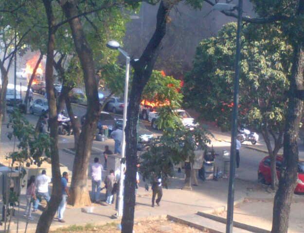 Los derechistas quemaron automóviles y trancaron vías. Foto: @jhonnyjgarcia