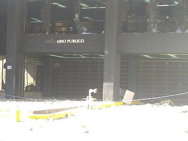 La sede de la Fiscalía fue atacada y destrozada  con piedras y botellas por los opositores