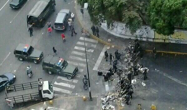 Barricadas este martes frente la estación Los Cortijos, que permanece cerrada este martes en la mañana
