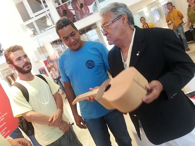 Participantes del taller de construcción del Cuatro en Recife muestran sus avances en ceremonia de entrega de certificados