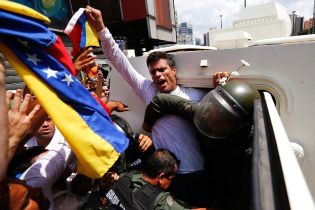 López en el momento en el que es llevado a una tanqueta de la GNB que lo transportará al centro de reclusión. Foto: Reuters