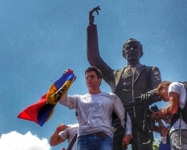 El prófugo Leopoldo López, a la sombra de la estatua del prócer revolucionario cubano José Martí.