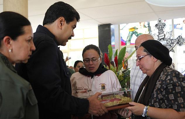 El presidente Maduro y la ministra de Defensa, Carmen Meléndez, entregan condecoración post-mortem a la madre de Bracho Bravo