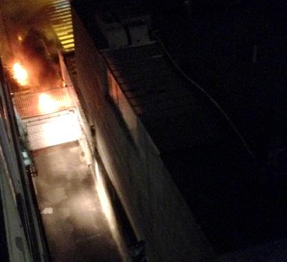 Cerca de los tanques de gas del edificio de Jessica Mena prendieron cauchos.