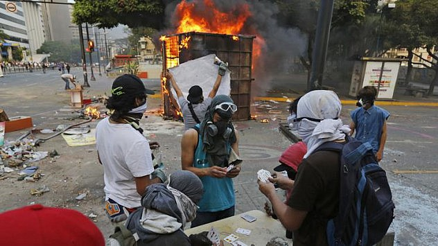 2014-03-09T234757Z_1453460847_GM1EA3A0LBM01_RTRMADP_3_VENEZUELA-PROTESTS