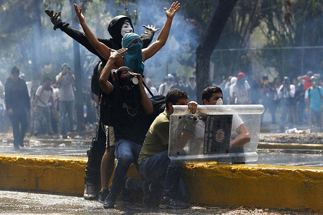 2014-03-12T211742Z_532068479_GM1EA3D0EMN01_RTRMADP_3_VENEZUELA-PROTESTS