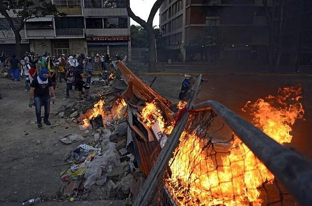 Las protestas violentas están focalizadas en muy pocos sectores de Caracas, entre ellos los alrededores de Altamira, donde los manifestantes sostienen contiendas diarias con la Guardia Nacional Bolivariana en sus intentos de trancar importantes vías de comunicación. Foto: AFP
