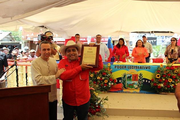 Entrega de la placa que certifica a las Fiestas Patronales de Elorza como Patrimonio Cultural
