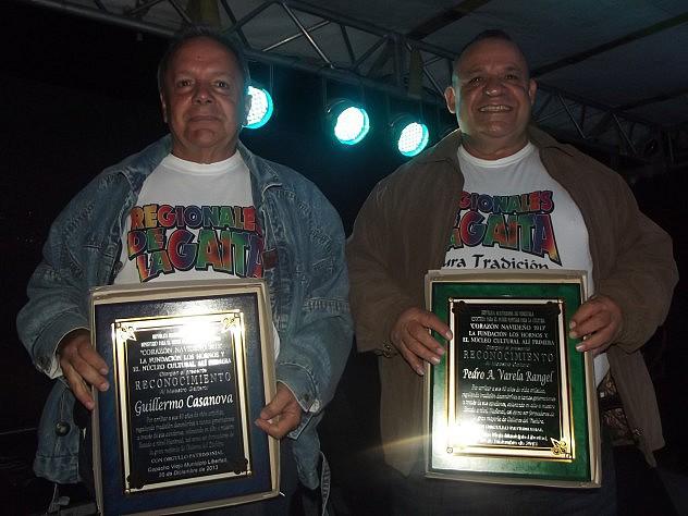 GUILLERMO CASANOVA (IZQ) Y PEDRO VARELA (DER) RECIBIERON RECONOCIMIENTO COMUNITARIO EN DIC 2013
