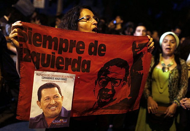 SEGUIDORES DE HUGO CH¡VEZ SE CONGREGAN ANTE LA EMBAJADA DE VENEZUELA EN CHILE EN SE—AL DE DUELO