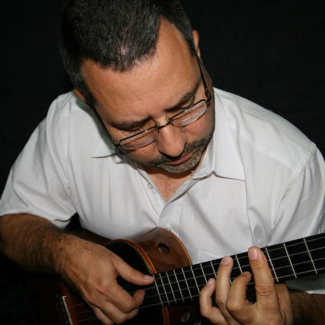 2. Rolando Navarro, cuatrista