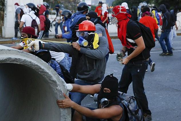 2014-04-04T234207Z_507809640_GM1EA450L4L01_RTRMADP_3_VENEZUELA-PROTEST