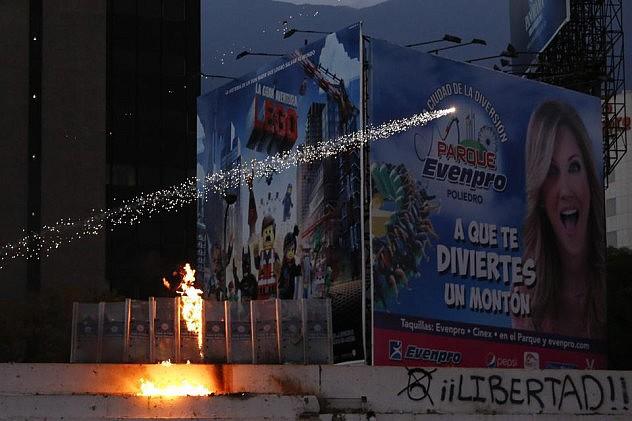 2014-04-04T234827Z_86165640_GM1EA450LJL01_RTRMADP_3_VENEZUELA-PROTEST