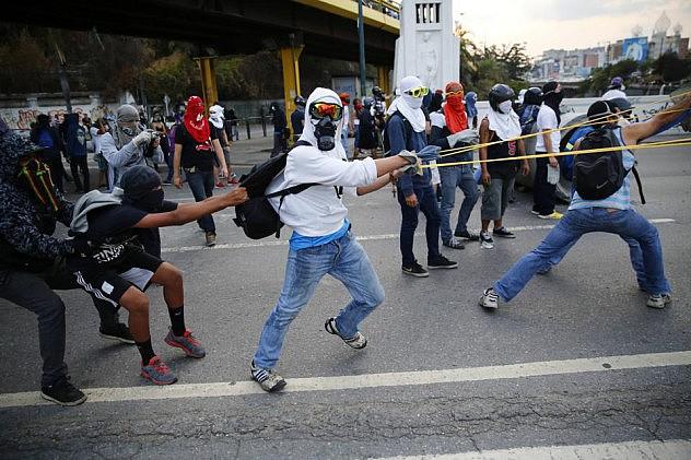 2014-04-04T235415Z_116686086_GM1EA450LVV01_RTRMADP_3_VENEZUELA-PROTEST