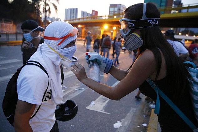 2014-04-04T235716Z_1362927414_GM1EA450LJS01_RTRMADP_3_VENEZUELA-PROTEST (1)