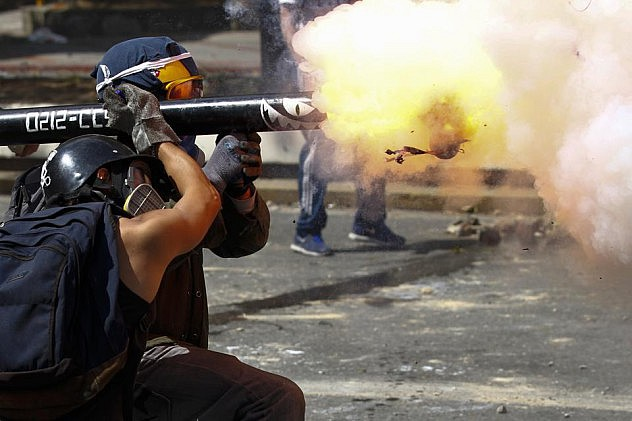 2014-04-06T171544Z_1479157728_GM1EA47036B01_RTRMADP_3_VENEZUELA-PROTESTS (1)