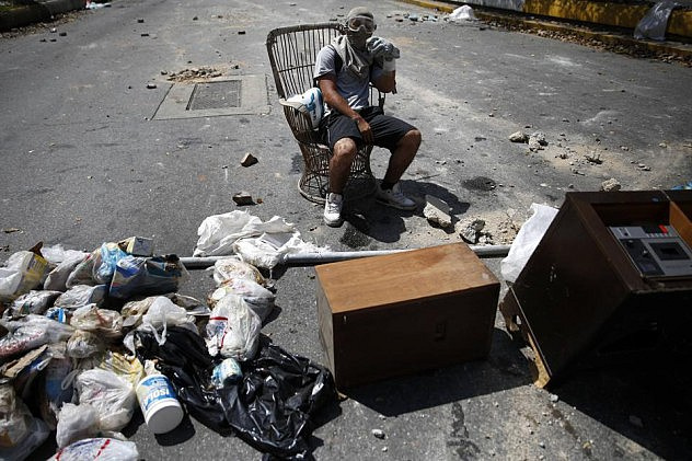 2014-04-06T181745Z_1344778942_GM1EA47069R01_RTRMADP_3_VENEZUELA-PROTESTS