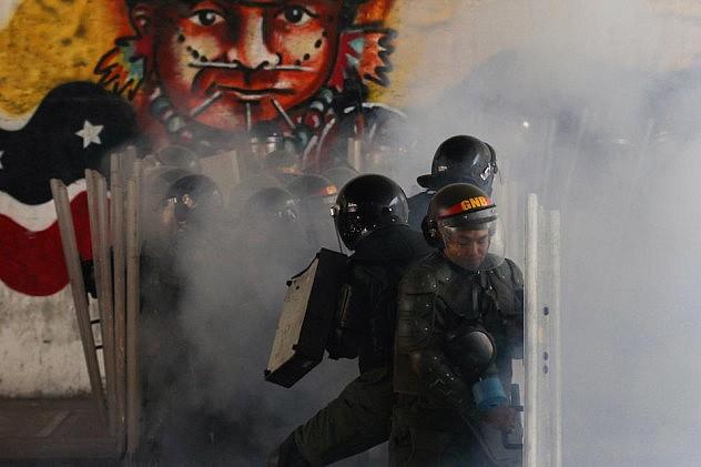 Un grupo de efectivos de la Guardia Nacional Bolivariana se protegen de ataques de  opositores en Bello Monte. Foto: Carlos Garcia Rawlins