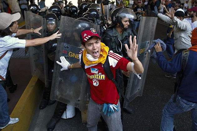 2014-04-12T201642Z_91717066_GM1EA4D0BT701_RTRMADP_3_VENEZUELA-PROTESTS