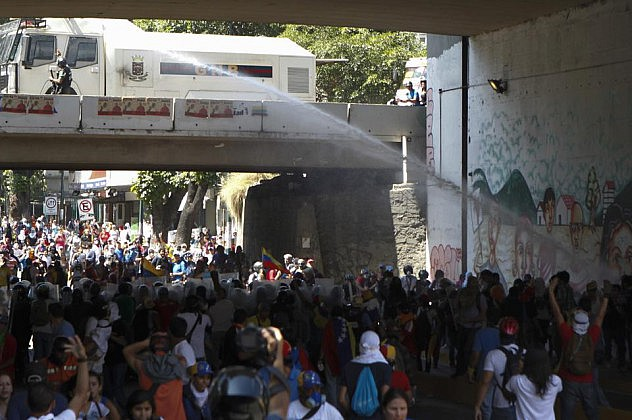 2014-04-12T205917Z_1567328108_GM1EA4D0DS301_RTRMADP_3_VENEZUELA-PROTESTS