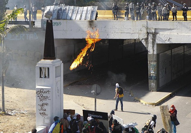 2014-04-12T215904Z_1084536550_GM1EA4D0GGK01_RTRMADP_3_VENEZUELA-PROTESTS (1)