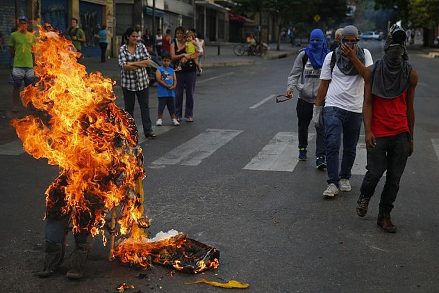 2014-04-20T204747Z_287832363_GM1EA4L0D2101_RTRMADP_3_VENEZUELA-PROTESTS