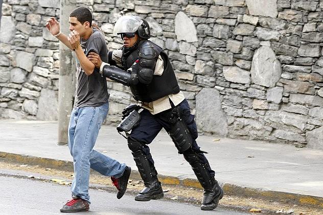 2014-04-21T231711Z_1385777235_GM1EA4M0JV201_RTRMADP_3_VENEZUELA-PROTESTS