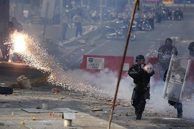 2014-04-22T012503Z_680491889_GM1EA4M0Q2R01_RTRMADP_3_VENEZUELA-PROTESTS (1)