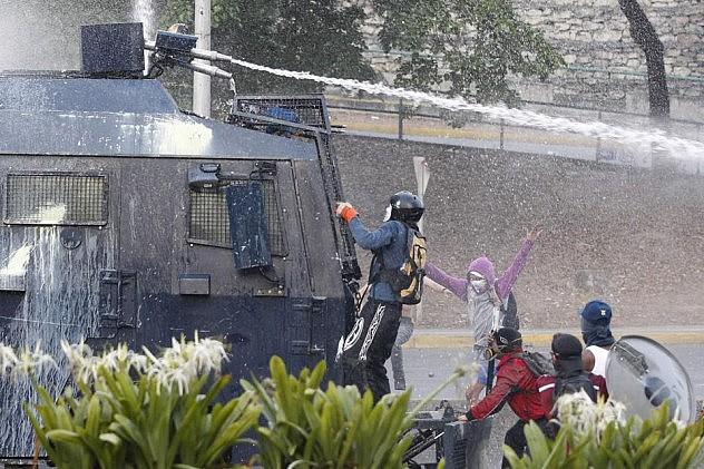 2014-04-22T013506Z_23907066_GM1EA4M0QHL01_RTRMADP_3_VENEZUELA-PROTEST (1)