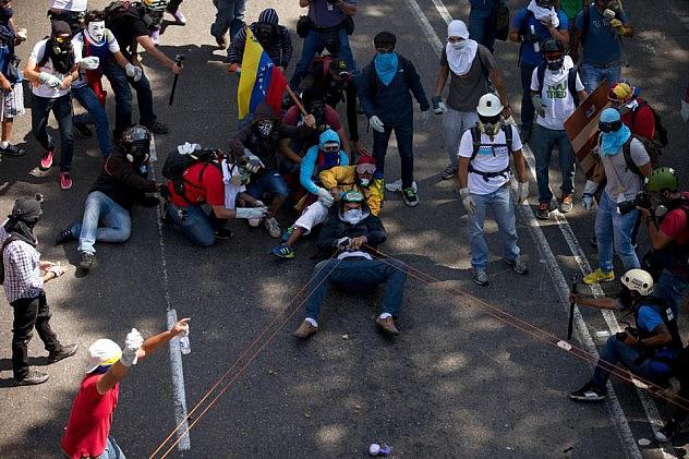 Opositores usaron resorteras en sus ataques contra efectivos de seguridad. Foto: Fernando Llano, AP