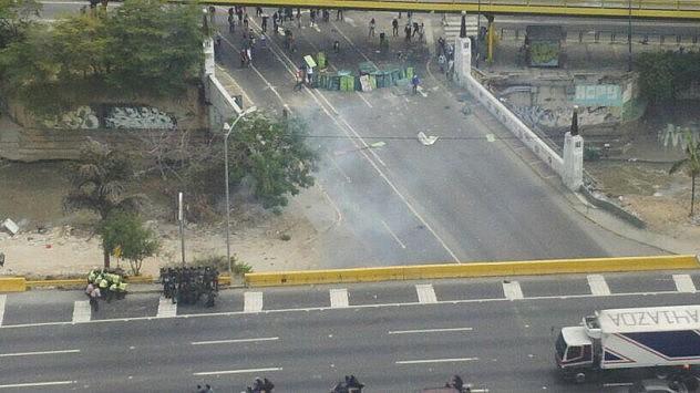 Barricadas en avenida principal de Las Mercedes. Foto: @AlfredoJimenoR