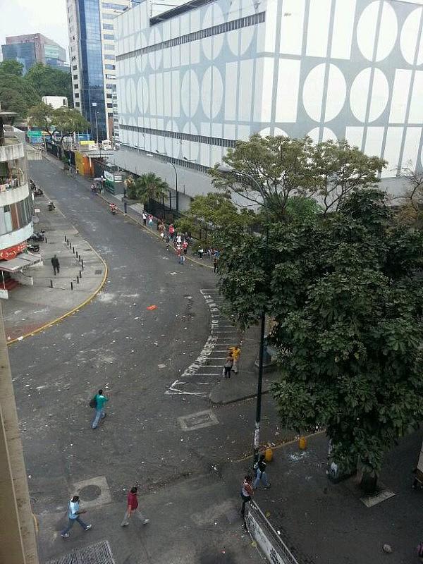 Trabajadores del C.C.  Beco tuvieron que abandonar el lugar apresurados y asustados. Foto: @SeAlzoVenezuela
