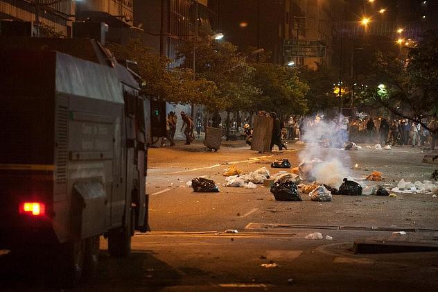 Manifestantes durante enfrentamiento con la GNB y la PNB en protesta en Chacao, Caracas. Foto: Xinhua/Boris Vergara